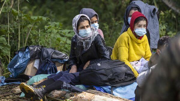 Мигранты в импровизированном лагере на границе Белоруссии и Польши - Sputnik Polska