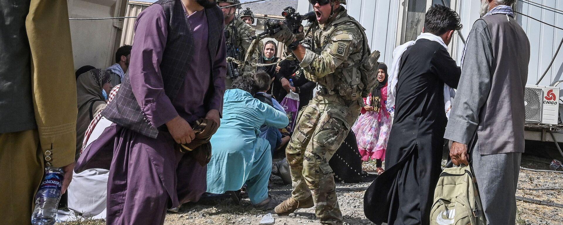 Amerykański żołnierz celuje w Afgańczyka na lotnisku w Kabulu - Sputnik Polska, 1920, 29.08.2021