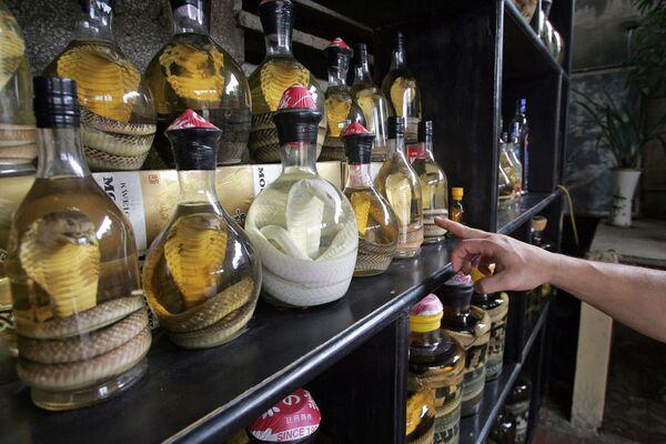 Drugie miejsce zajęło wino wężowe z Wietnamu. Czasami wkłada się do niego również skorpiony, jaszczurki, termity czy małe krokodyle. - Sputnik Polska