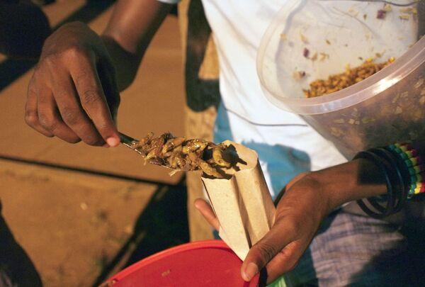 Smażone koniki polne z Ugandy uplasowały się na szóstym miejscu. Spożywanie ich uważane jest w tym kraju za tradycję. - Sputnik Polska