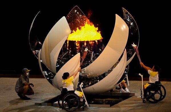 Rozpalenie znicza olimpijskiego podczas ceremonii otwarcia XVI letnich igrzysk paraolimpijskich - Sputnik Polska