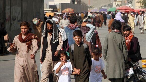 Люди возле международного аэропорта имени Хамида Карзая в Кабуле, Афганистан - Sputnik Polska