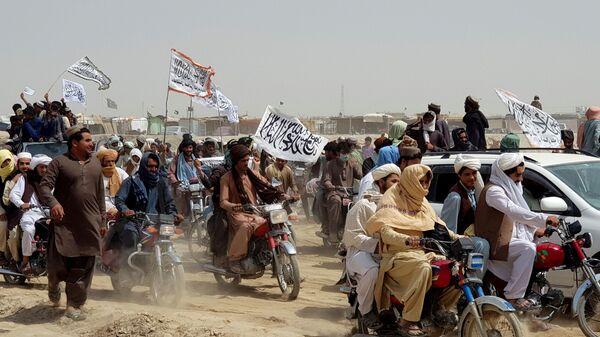 Люди с флагами талибов на границе Пакистана и Афганистана - Sputnik Polska