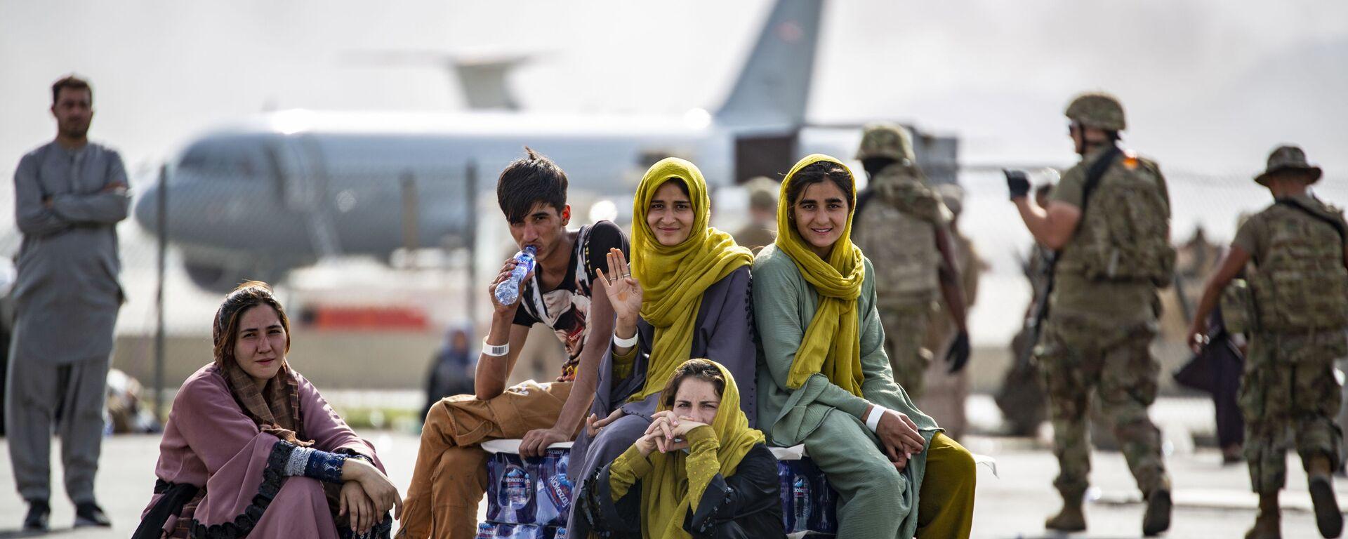 Женщины и дети в ожидании эвакуации в аэропорту Кабула  - Sputnik Polska, 1920, 29.08.2021