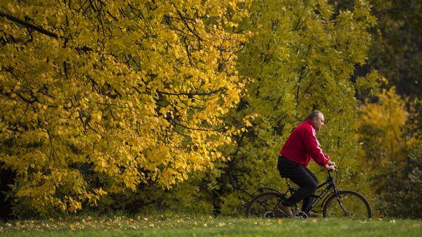 Мужчина на велосипеде в парке Коломенское в Москве - Sputnik Polska