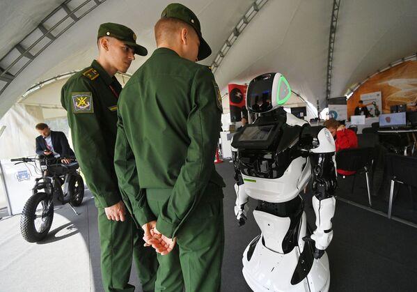 Robot konsultant pracuje na forum ArMI 2021. - Sputnik Polska