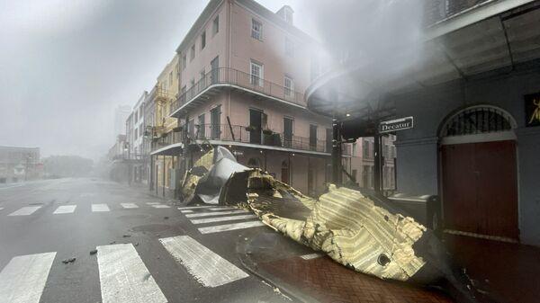 Поврежденное здание во время обрушения урагана Ида на штат Луизиана  - Sputnik Polska