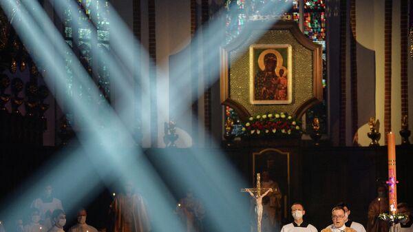 Wierni podczas uroczystego nabożeństwa wielkanocnego w Katedrze św. Jana Chrzciciela w Warszawie. Odzyskane - Sputnik Polska