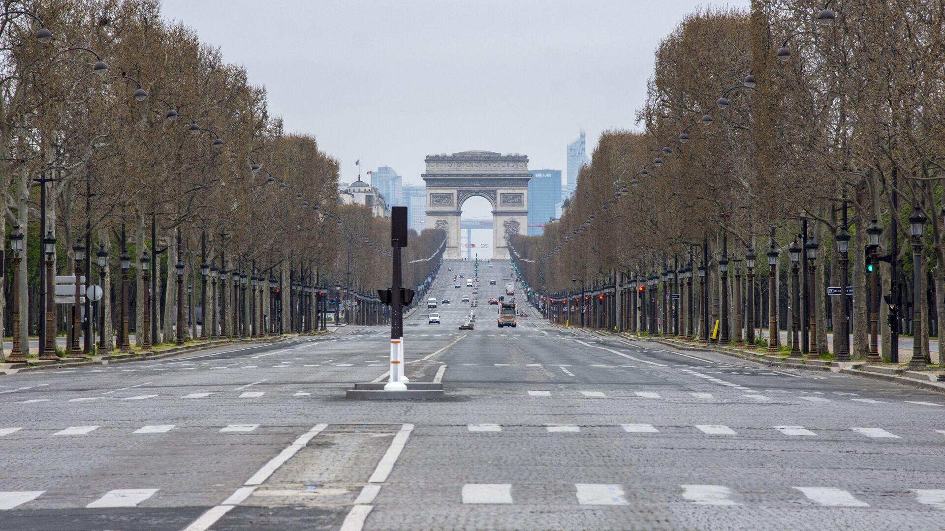 Widok na opustoszałe Pola Elizejskie z Place de la Concorde w Paryżu  - Sputnik Polska, 1920, 31.08.2021