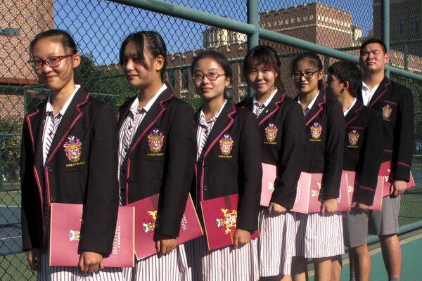 Chińscy uczniowie przygotowują się do ceremonii otwarcia chińskiego kampusu Haileybury College w gminie Tianjin w północnych Chinach.  - Sputnik Polska