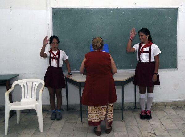 Dzieci w szkole zgłaszają się do odpowiedzi na Kubie  - Sputnik Polska
