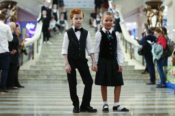 Dzieci demonstrują mundurki szkolne na otwarciu wystawy moskiewskich producentów mundurków szkolnych w głównym atrium Centralnego Sklepu Dziecięcego na Placu Łubiańskim w Moskwie. - Sputnik Polska