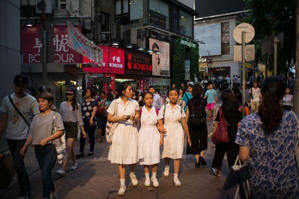 Uczniowie idą ulicą w Hongkongu  - Sputnik Polska