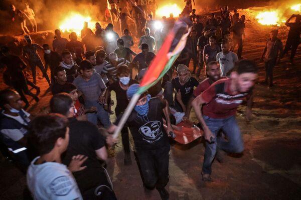 Palestyńczycy zbierają się 2 września 2021 r. podczas nocnego protestu w południowej Strefie Gazy, domagając się zakończenia blokady Izraela i prawa Palestyńczyków do powrotu na ziemie, z których uciekli lub z których zostali wygnani - Sputnik Polska
