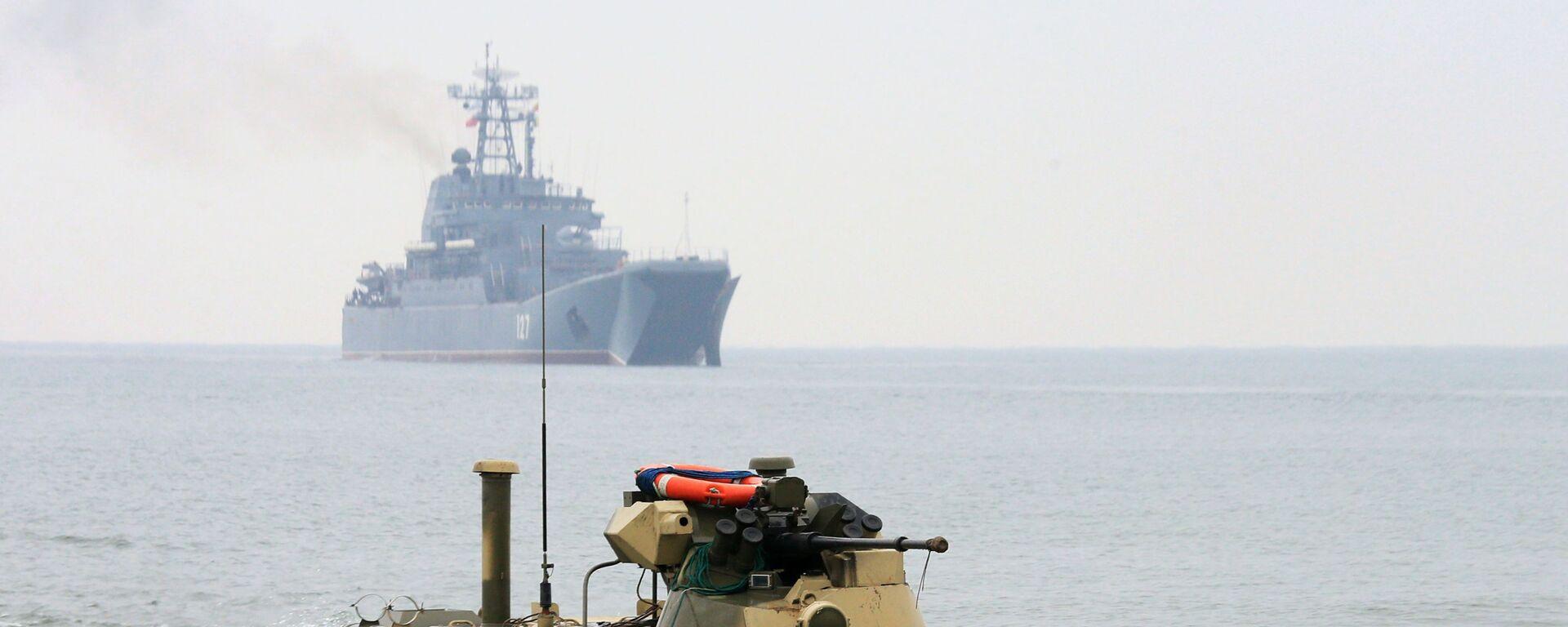 Wysadzanie piechoty morskiej na poligon Chmielewka w obwodzie Kaliningradzkim, w tle okręt desantowy Mińsk - Sputnik Polska, 1920, 06.09.2021