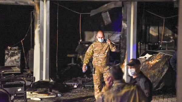 Полиция и пожарные осматривают место происшествия в клинике Covid-19 после пожара в Тетово, Северная Македония - Sputnik Polska