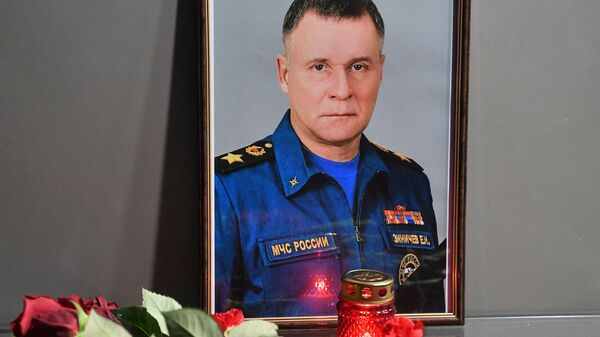 Цветы возле здания главного управления МЧС России в Москве - Sputnik Polska