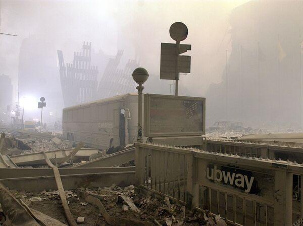 Zniszczone wejście do metra i autobus przy World Trade Center po zamachu w Nowym Jorku - Sputnik Polska