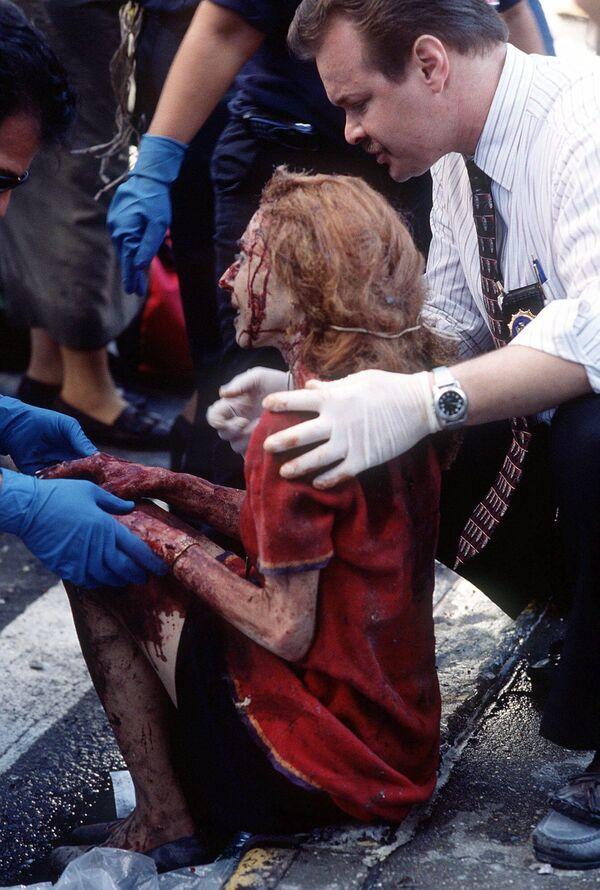 Ratownicy pomagają rannej kobiecie po zamachu w Nowym Jorku - Sputnik Polska