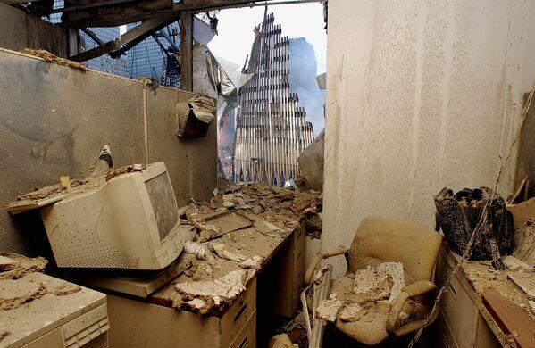 Zrujnowane biuro i widok na zawaloną wieżę World Trade Center po ataku terrorystycznym w Nowym Jorku - Sputnik Polska