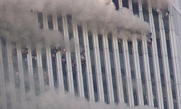 Ludzie wiszą w oknach wieży World Trade Center podczas ataku terrorystycznego w Nowym Jorku - Sputnik Polska