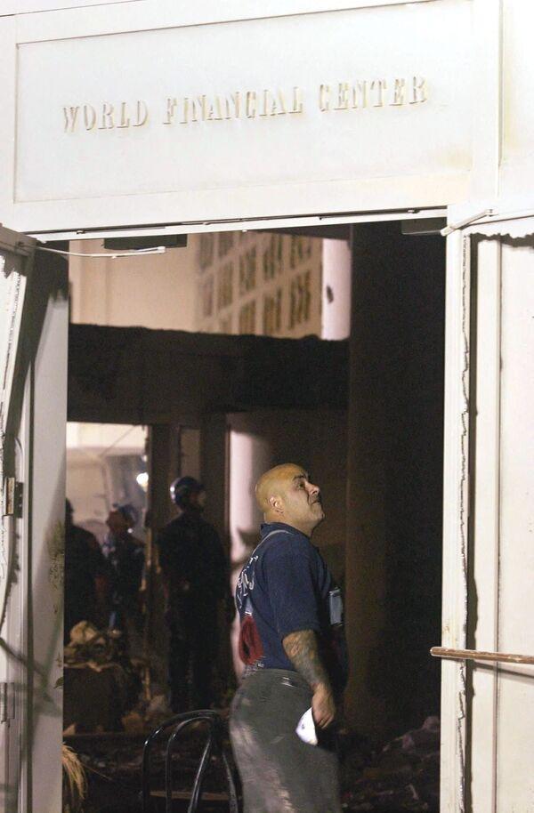 Strażak przechodzi przez zniszczone lobby World Financial Center w pobliżu World Trade Center w Nowym Jorku, 12 września 2001 r. Ratownicy próbują znaleźć ocalałych z budynków World Trade Center - Sputnik Polska