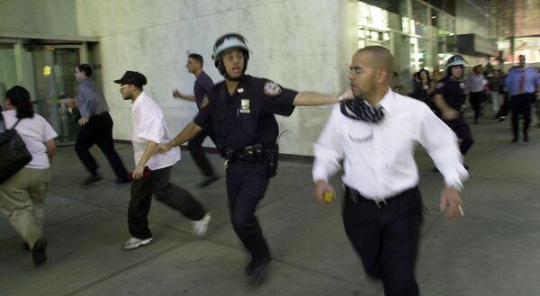 Ludzie uciekają, gdy szczyt jednej z wież World Trade Center zapada się  - Sputnik Polska