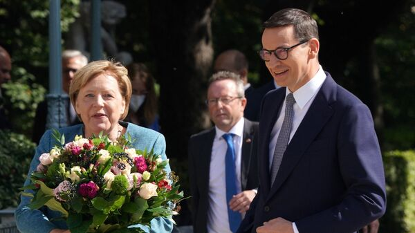 Премьер-министр Польши Матеуш Моравецкий приветствует канцлера Германии Ангелу Меркель с букетом цветов в Варшаве - Sputnik Polska