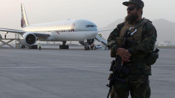 Боец Талибана в аэропорту Кабула, Афганистан - Sputnik Polska