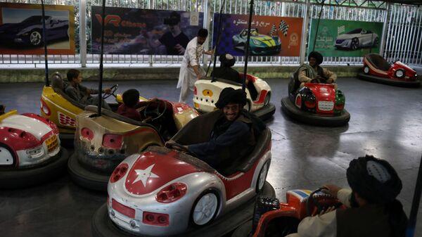 Бойцы Талибана* катаются на бамперных машинках в парке развлечений в Кабуле - Sputnik Polska