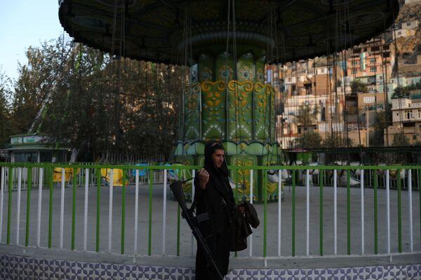 Talibowie* bawią się w parku rozrywki w Kabulu. - Sputnik Polska