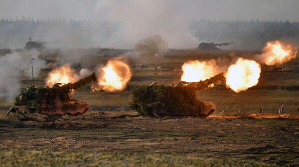 Самоходные артиллерийские установки (САУ) во время основного этапа учений Запад-2021 на полигоне Мулино в Нижегородской области - Sputnik Polska
