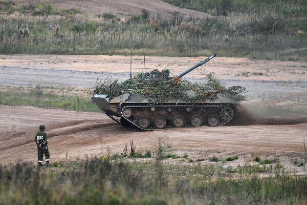 Wojska powietrznodesantowe we współpracy z wojskowym lotnictwem transportowym po raz pierwszy desantowały batalion w sposób spadochronowy na najnowszych wozach bojowych desantu BMD-4M. - Sputnik Polska