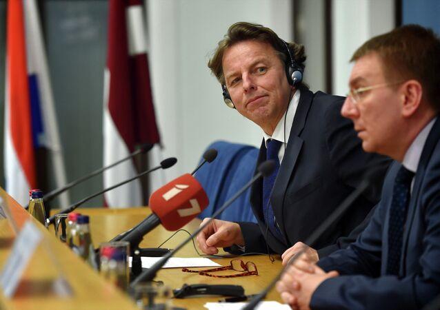Minister Spraw Zagraniczych Łotwy Edgars Rinkevics (po prawej) i jego duński odpowiednik Bert Koenders na konferencji prasowej w Rydze