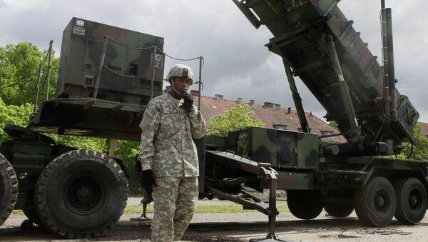 Amerykański żołnierz stoi obok sytemu rakietowego Patriot w bazie wojskowej w Morągu - Sputnik Polska