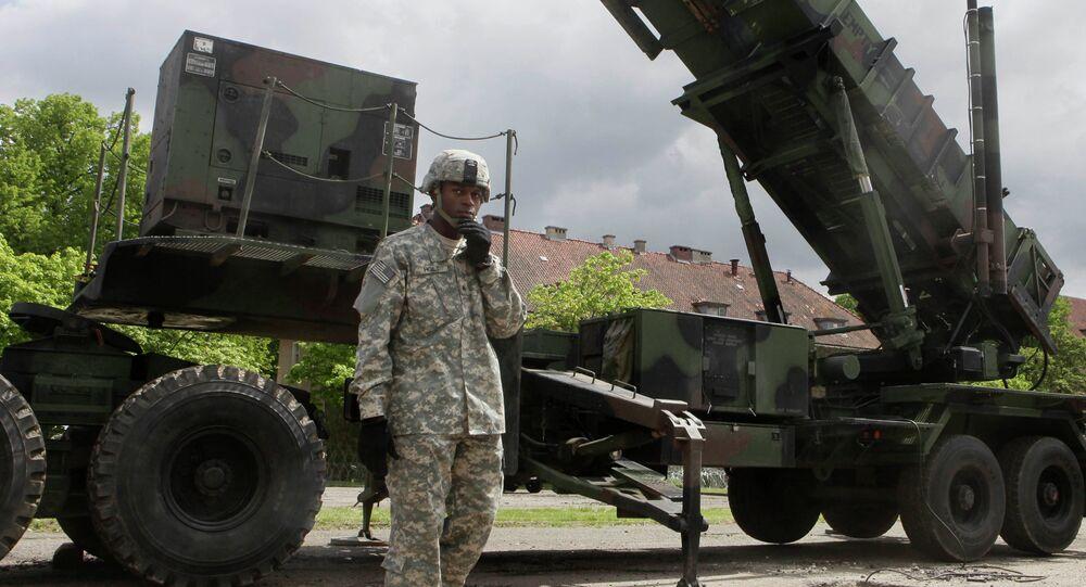 Amerykański żołnierz stoi obok sytemu rakietowego Patriot w bazie wojskowej w Morągu