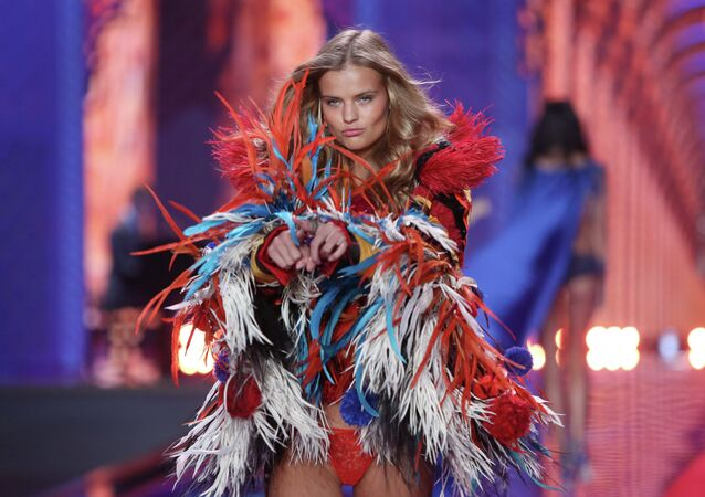 Modelka Kate Grigorieva podczas Victoria's Secret fashion show w Londynie