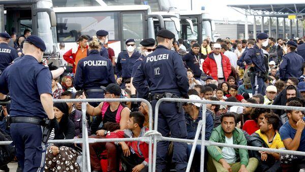 Migranci czekają na autobus w Austrii - Sputnik Polska