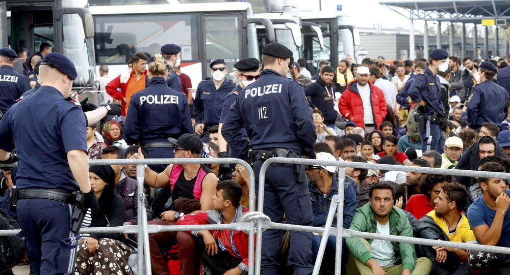 Migranci czekają na autobus w Austrii