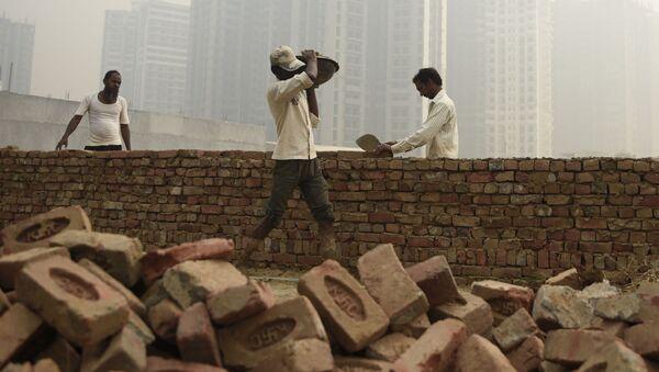 Budowniczy w czasie pracy w Delhi - Sputnik Polska