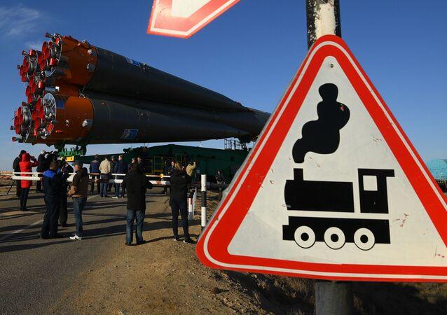"""Wywóz rakiety nośnej """"Sojuz-FG"""" z załogowym statkiem kosmicznym """"Sojuz-MS-04"""" na wyrzutnię"""