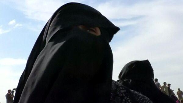 Wdowa członka Państwa Islamskiego w czasie ewakuacji ze strefy nieopodal miasta Baguz - Sputnik Polska