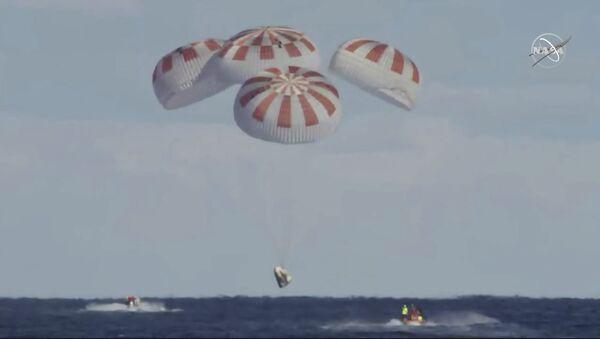 Wodowanie statku kosmicznego Crew Dragon w oceanie - Sputnik Polska