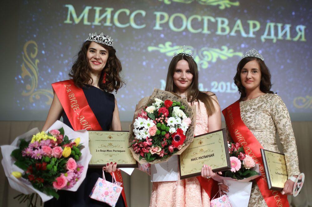"""Konkurs """"Miss Rosgwardii Moskwa – 2019"""". W centrum: zwyciężczyni Wiera Korniak"""