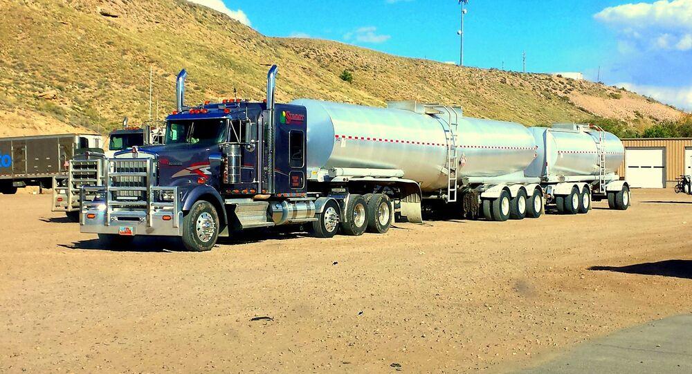 Ciężarówka z cysternami paliwa