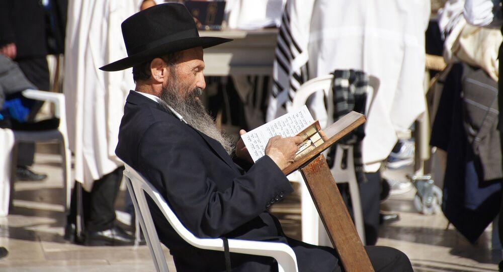 Żyd czytający książkę