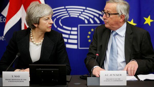 Premier Wielkiej Brytanii Theresa May i przewodniczący Komisji Europejskiej Jean-Claude Juncker - Sputnik Polska
