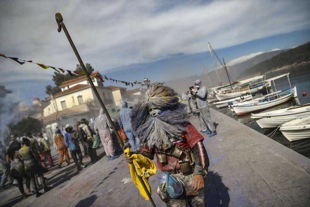 Uczestnicy wojny na mąkę z okazji pierwszego dnia Wielkiego Postu w Grecji