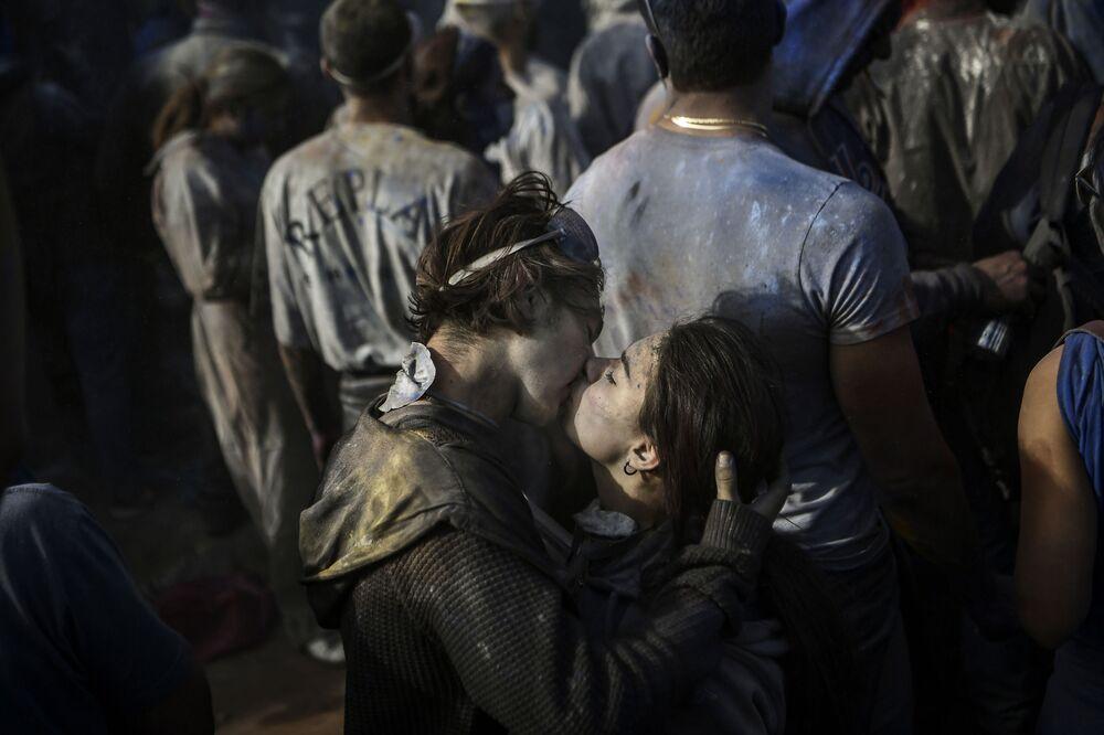 Uczestnicy tradycyjnej karnawałowej bitwy na mąkę w Grecji