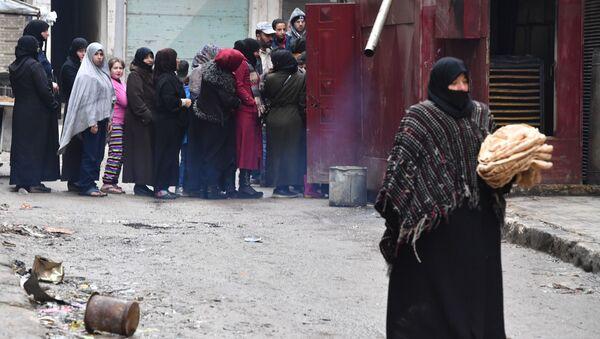 Местные жители в очереди за хлебом на одной из улиц в Алеппо, Сирия - Sputnik Polska